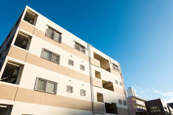 新築ワンルームマンションを見上げた画像です。